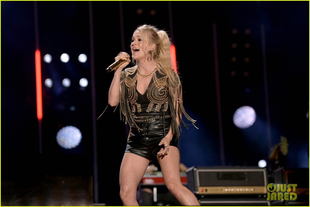 carrie underwood performs with joan jett at cma fest 20