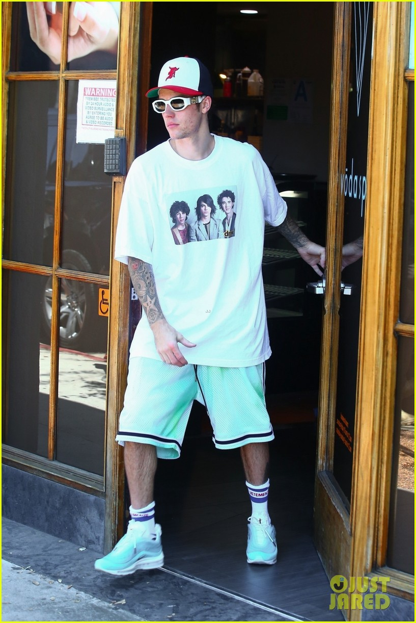 justin bieber sports jonas brothers shirt while out with hailey 05