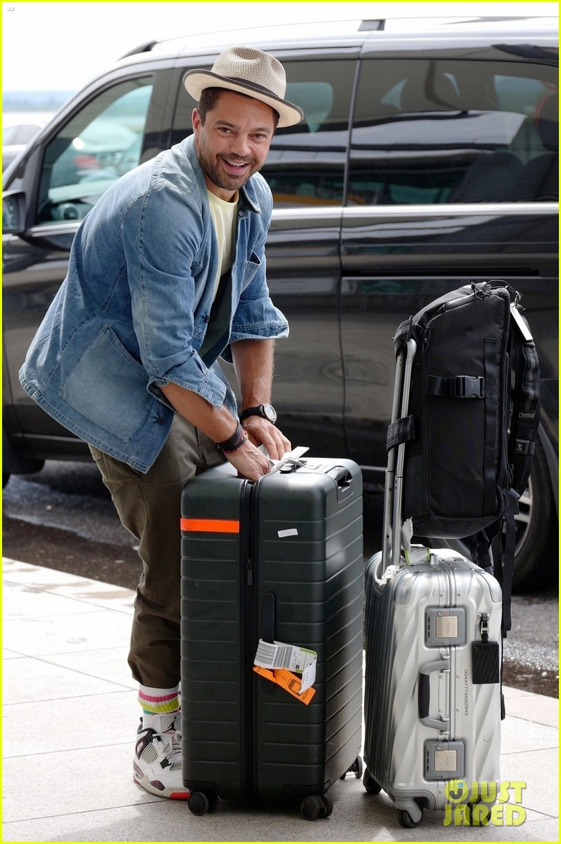 dominic cooper catches flight with lots of luggage 024323118