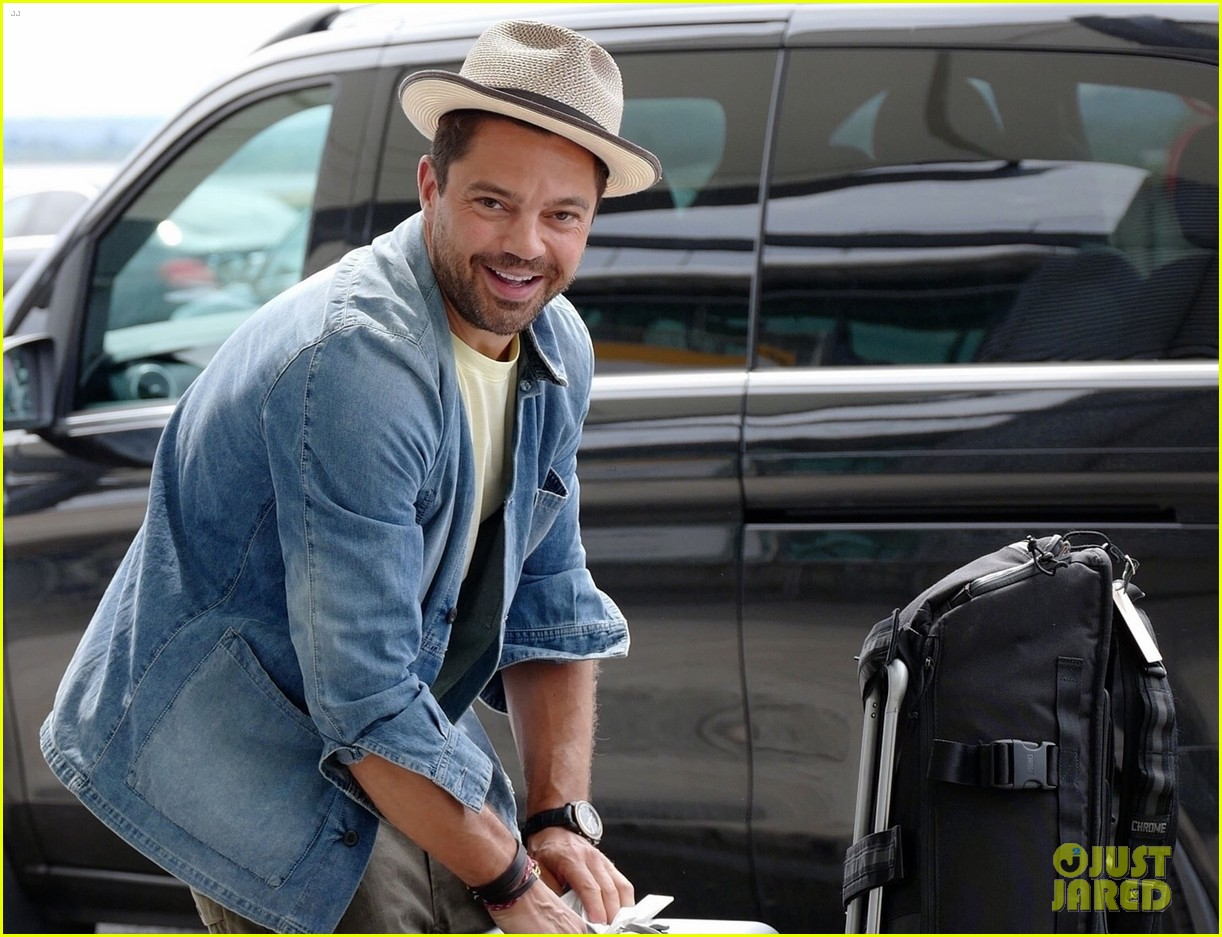 dominic cooper catches flight with lots of luggage 044323120