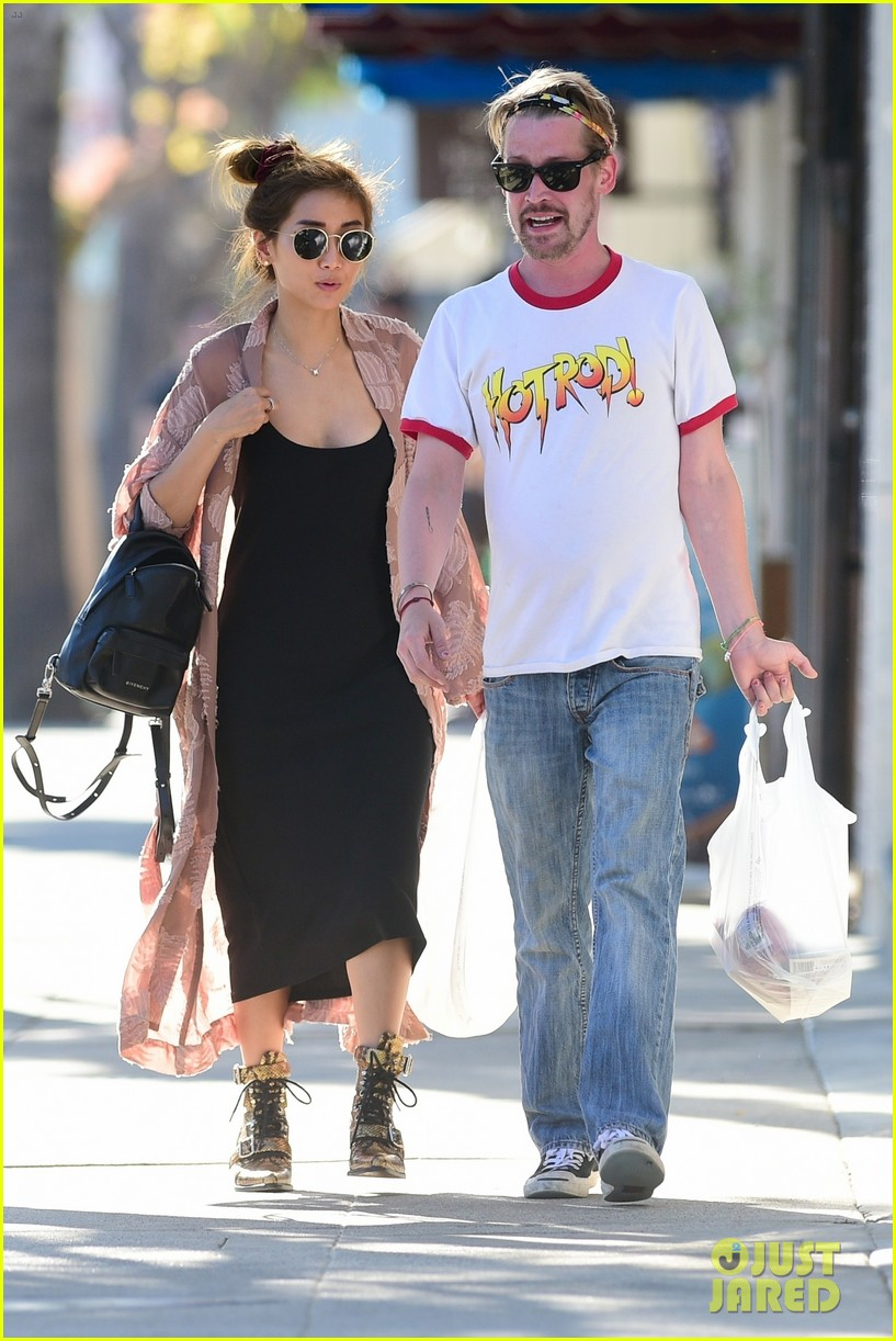 macaulay culkin brenda song do some shopping in studio city 014321002