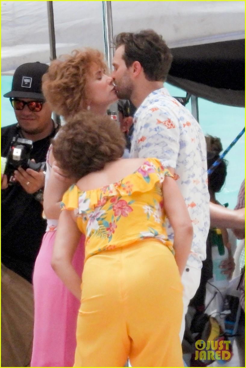 jamie dornan kristen wiig kissing scene 024327061