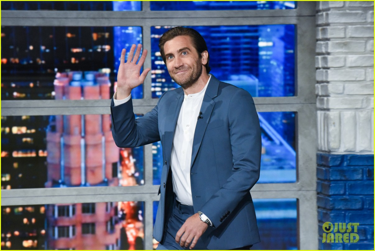 jake gyllenhaal says its odd being on stage alone for sea wall a life 014325761