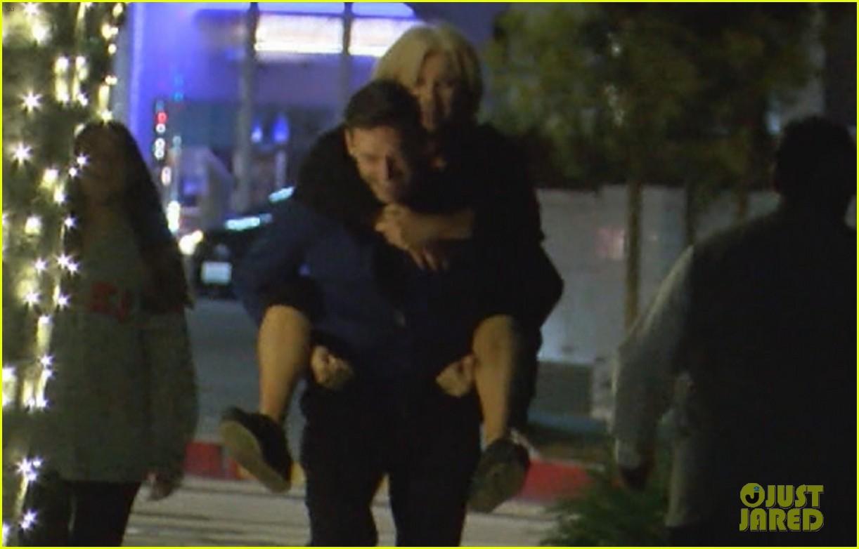 hugh jackman gives wife piggyback ride 044325193