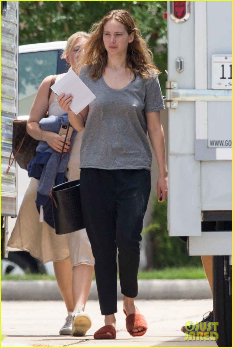 jennifer lawrence goes makeup free on set of new movie 024318263