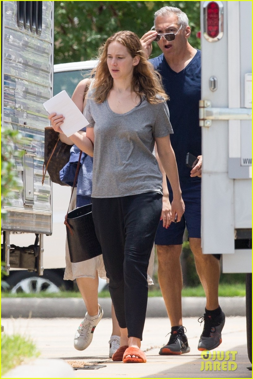 jennifer lawrence goes makeup free on set of new movie 094318270