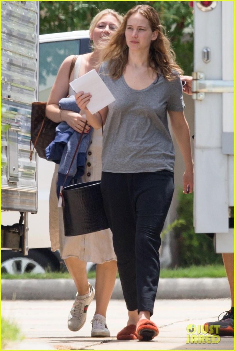 jennifer lawrence goes makeup free on set of new movie 104318271
