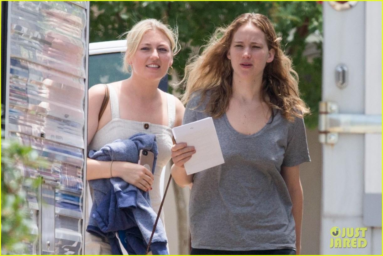jennifer lawrence goes makeup free on set of new movie 124318273