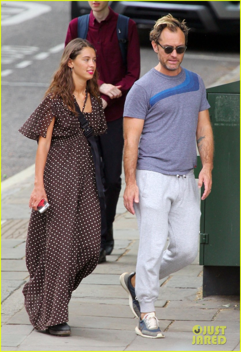 jude law hangs out with daughter iris in london 014322014