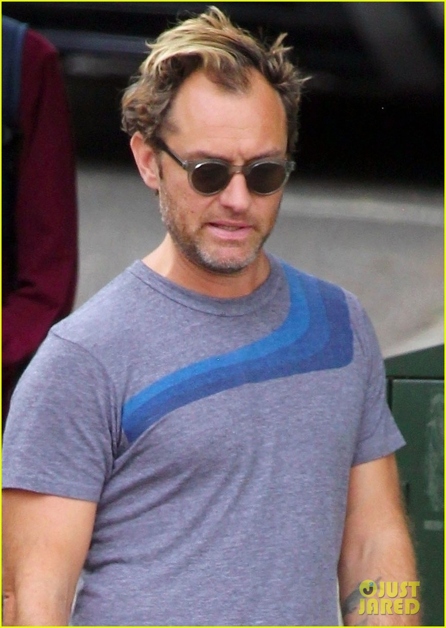jude law hangs out with daughter iris in london 044322017