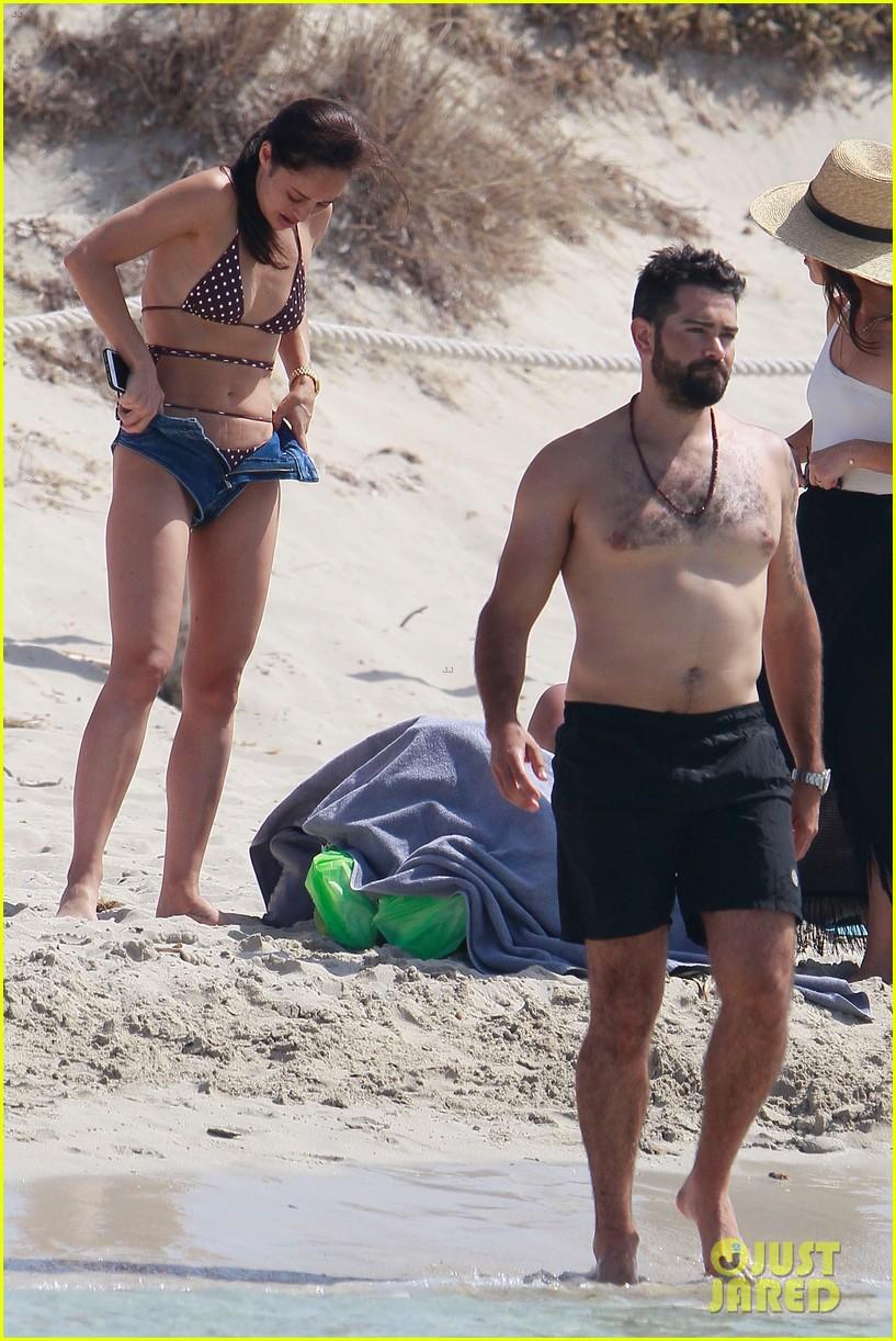 jesse metcalfe goes shirtless beach cara santana 014325153