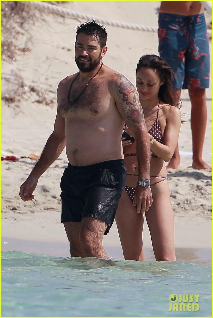 jesse metcalfe goes shirtless beach cara santana 034325155