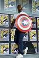 tom hiddleston jeremy renner marvel series at comic con 04