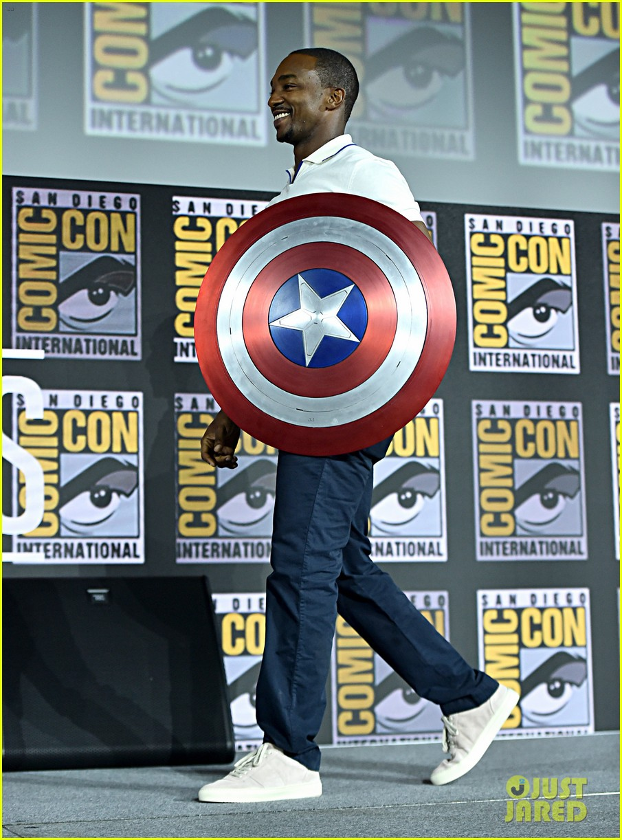 tom hiddleston jeremy renner marvel series at comic con 094324527