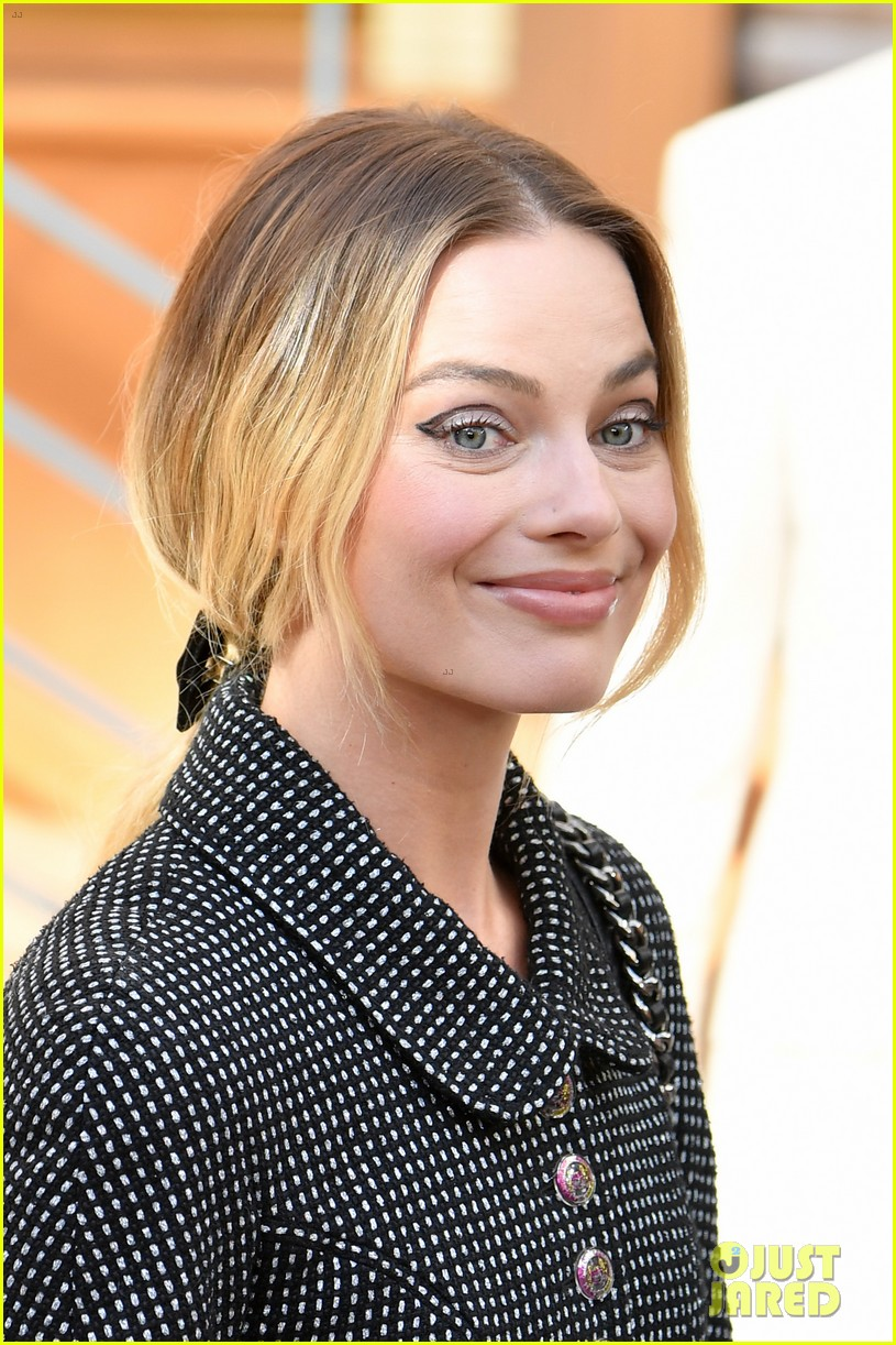 margot robbie celebrates her 29th birthday at chanel paris fashion show 014317442