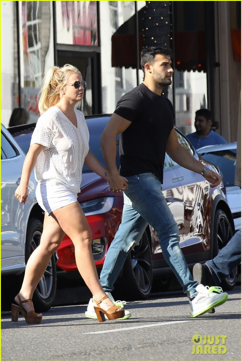 britney spears sam asghari hold hands in weho 01