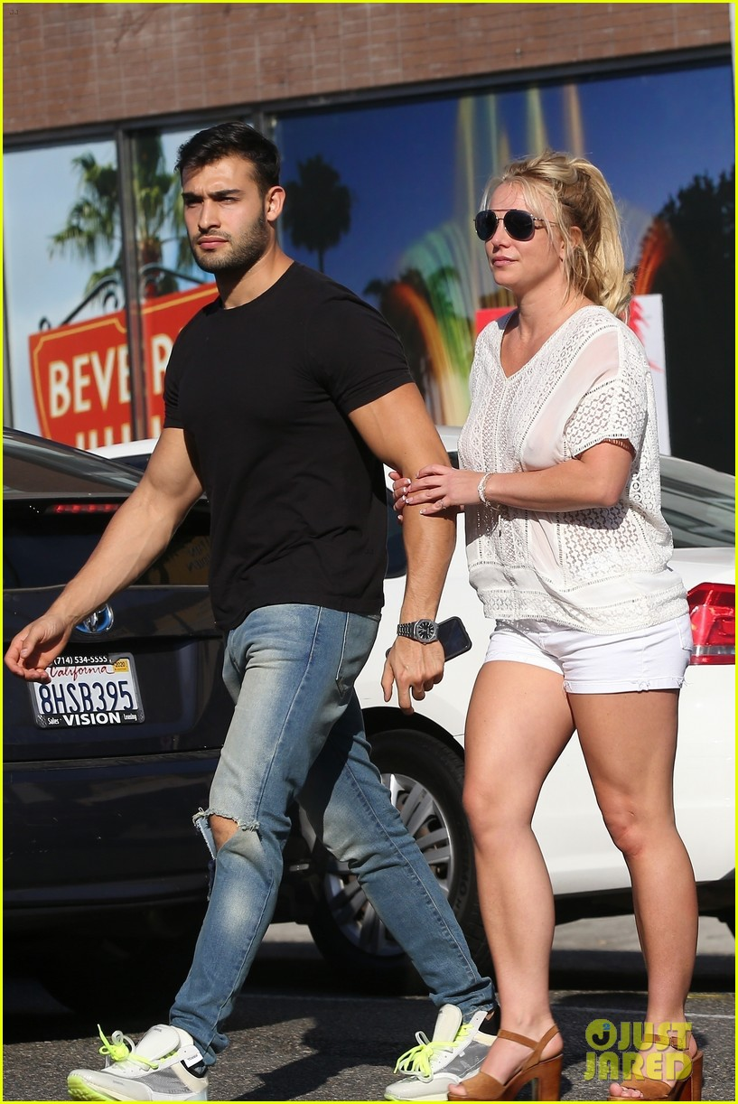 britney spears sam asghari hold hands in weho 06