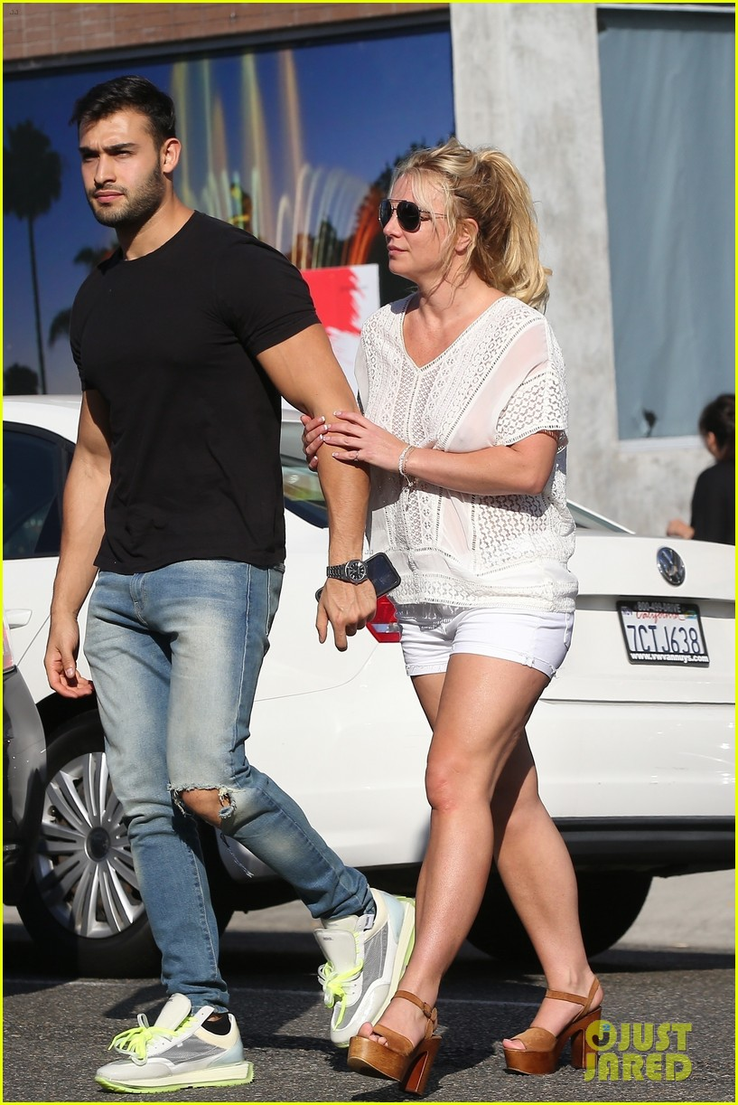 britney spears sam asghari hold hands in weho 08
