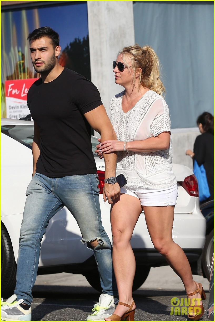 britney spears sam asghari hold hands in weho 09