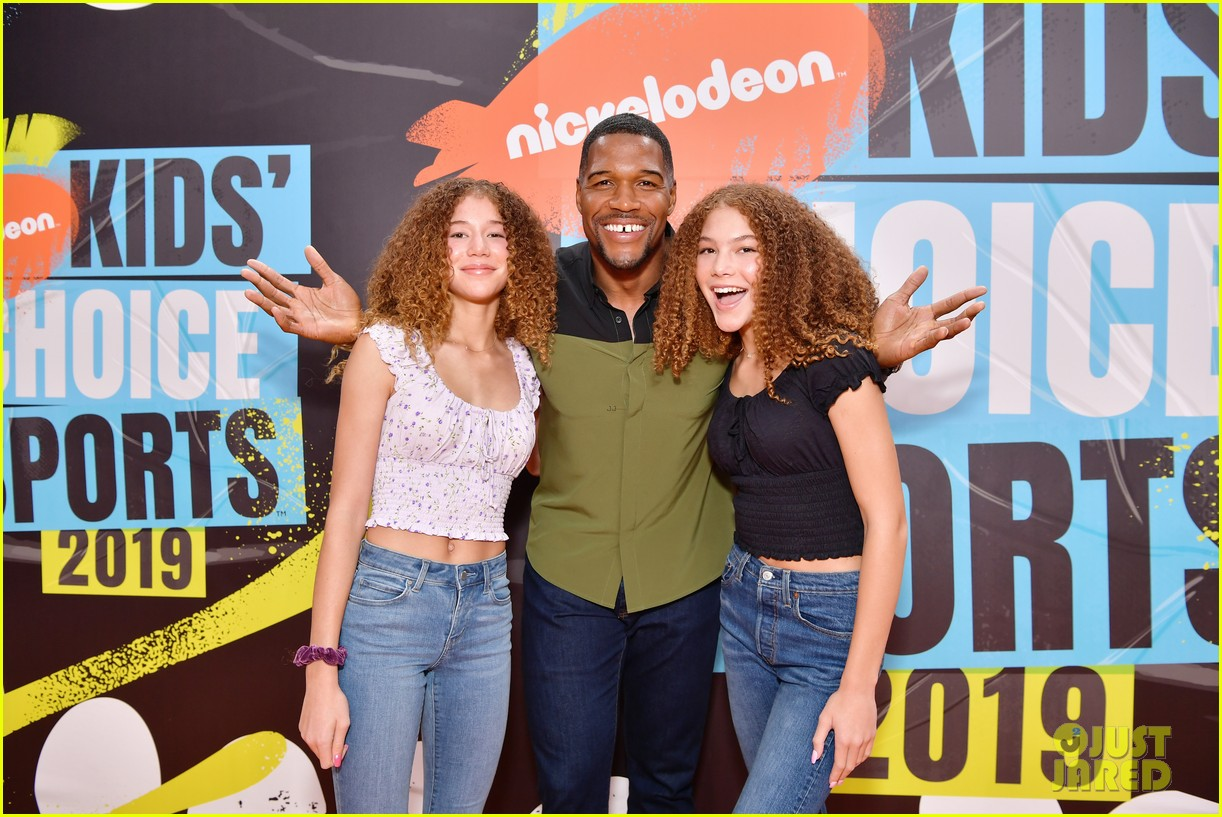 michael strahan hosting duties at kids choice sports awards 024320794