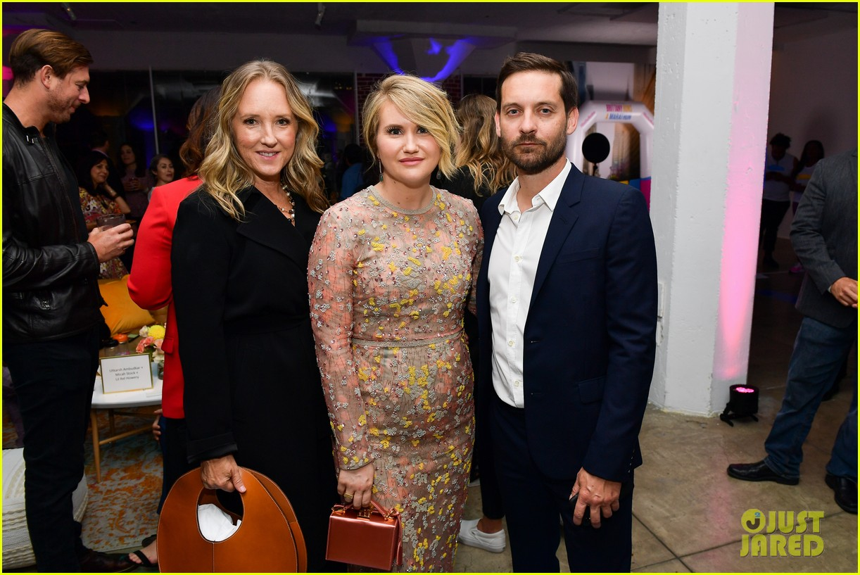 jillian bell gets support from tobey maguire at brittany runs a marathon premiere 024336587
