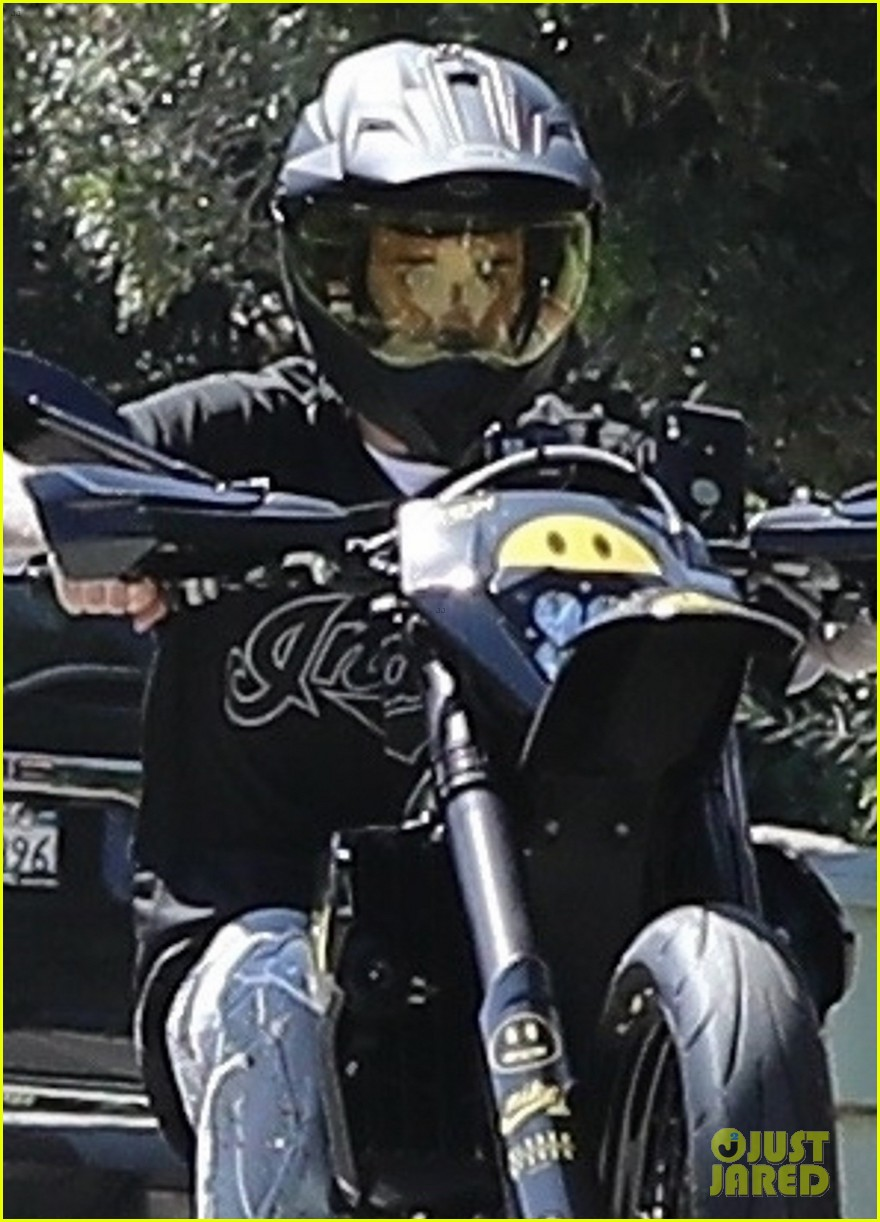 justin bieber popsa wheelie during his motorcycle ride 02