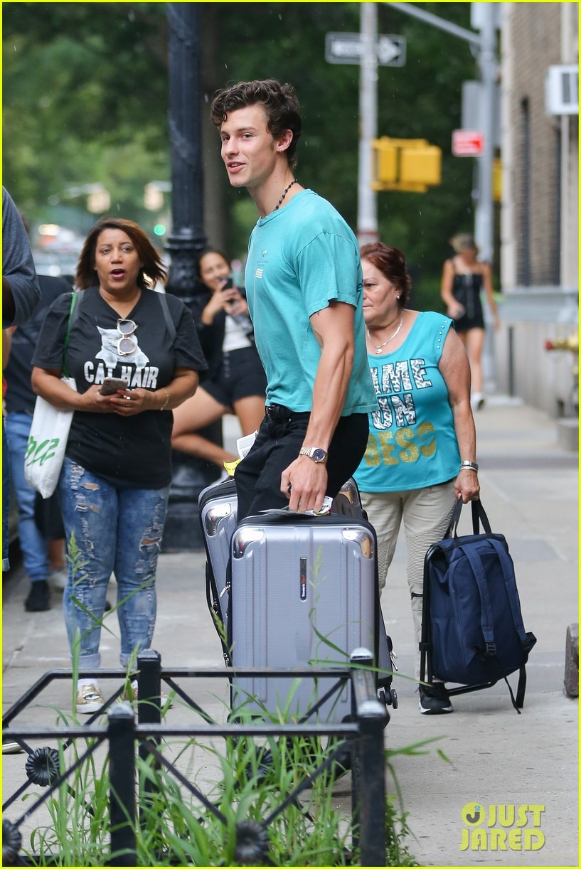 camila cabello luggage help shawn mendes nyc 05