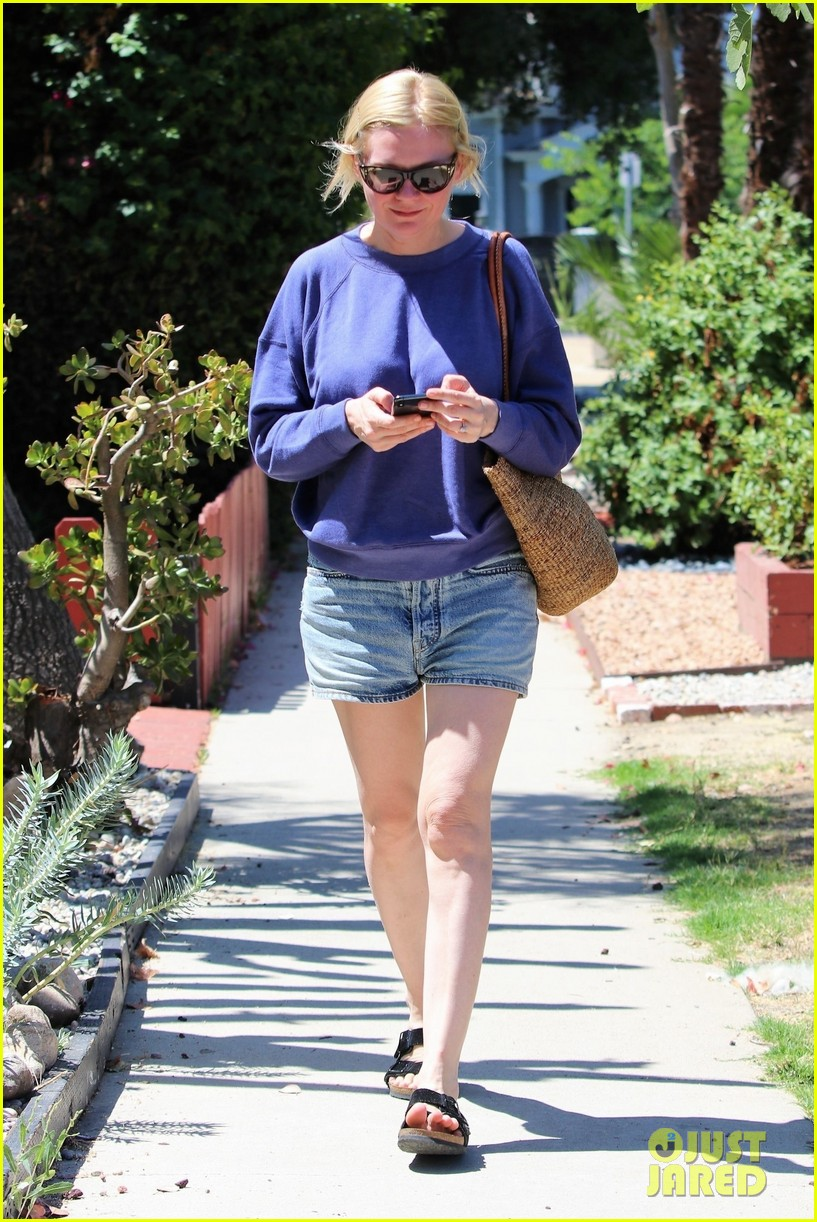 kirsten dunst and fiance jesse plemons take their dog for a walk 014341949