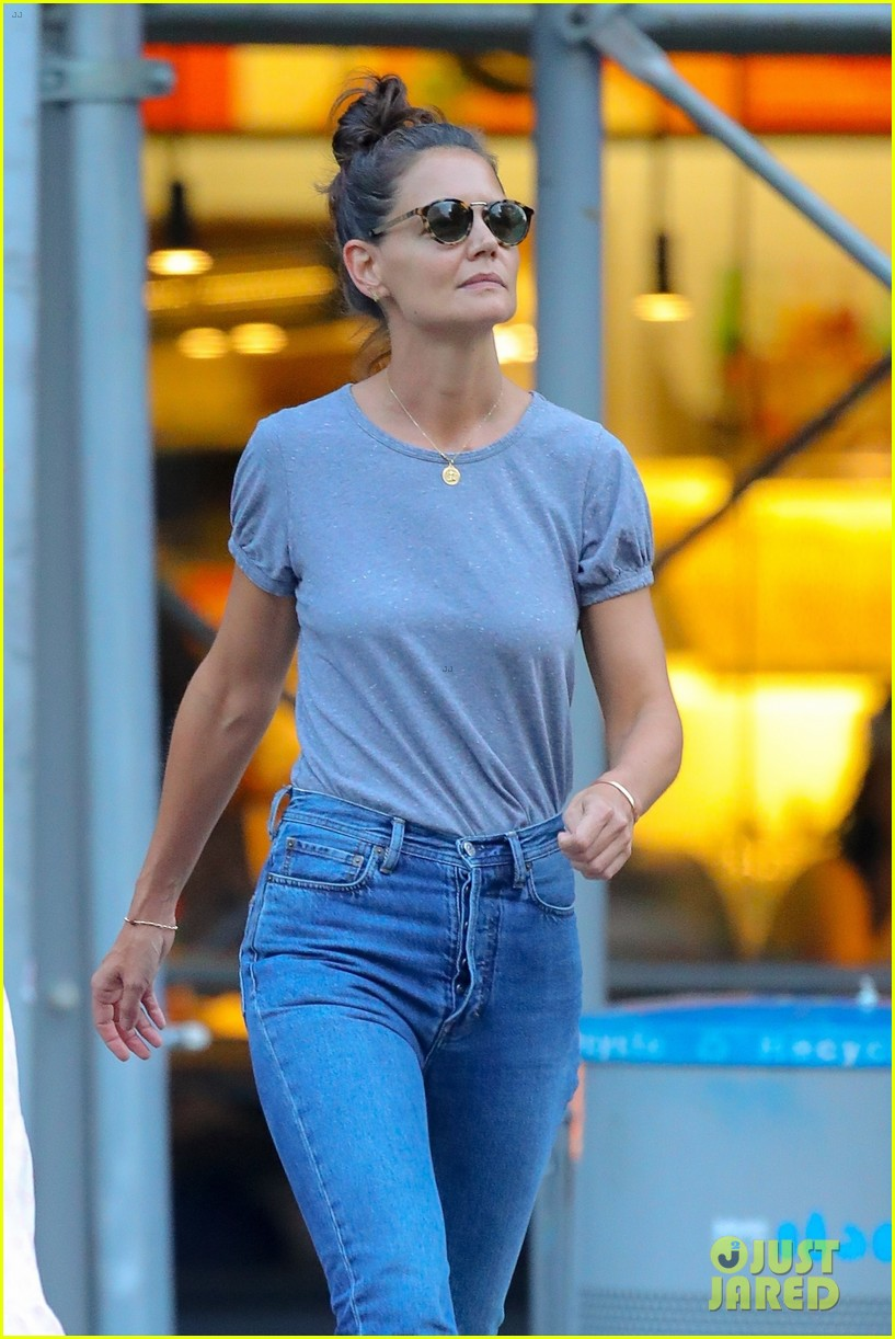 katie holmes steps out after jamie foxx split 01