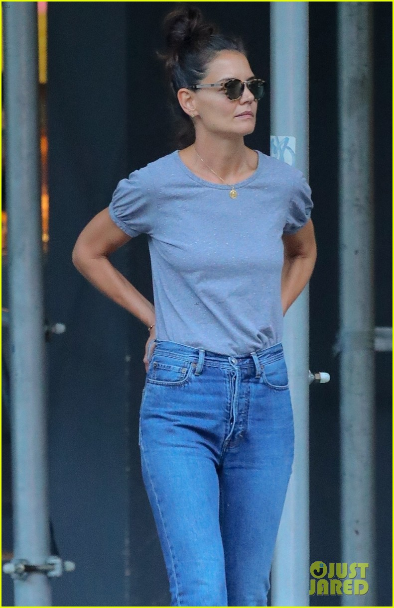 katie holmes steps out after jamie foxx split 02