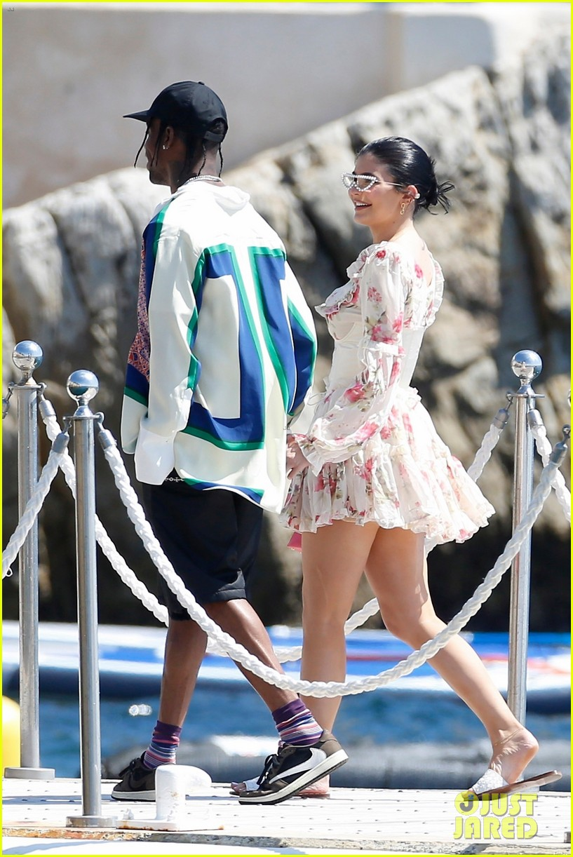 kylie jenner jump travis scott italy vacation 044335890
