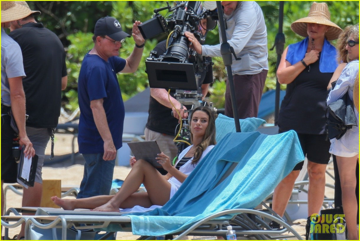 Christmas In Hawaii Movie.Lea Michele Does Yoga While Filming Her Christmas Movie