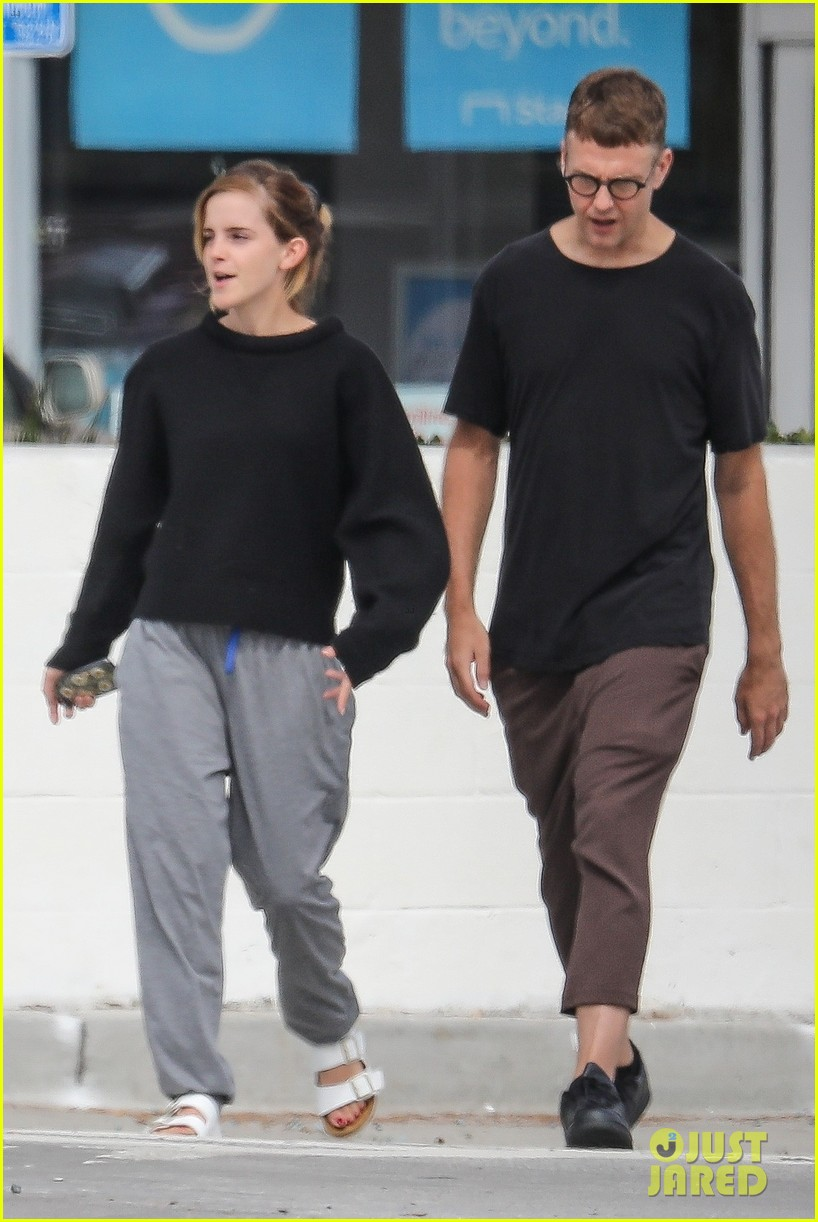 emma watson meets up with a friend for brunch 01