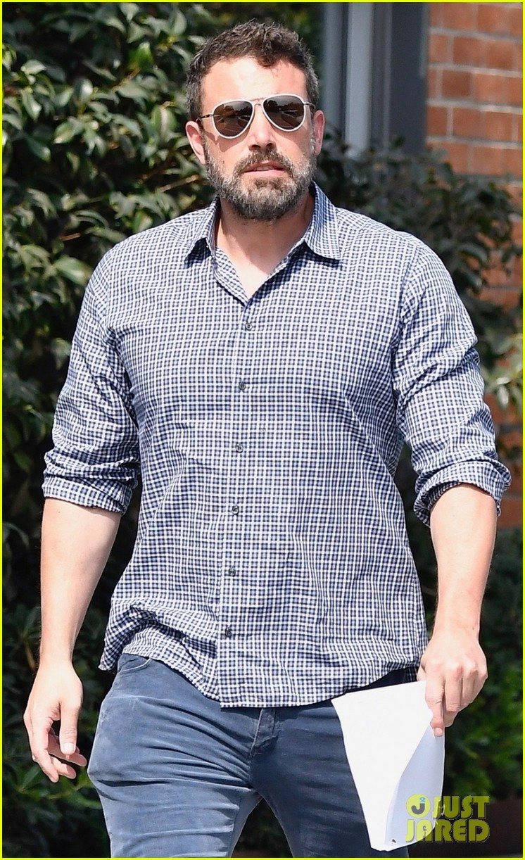 ben affleck keeps it cool while arriving at santa monica office 024354046