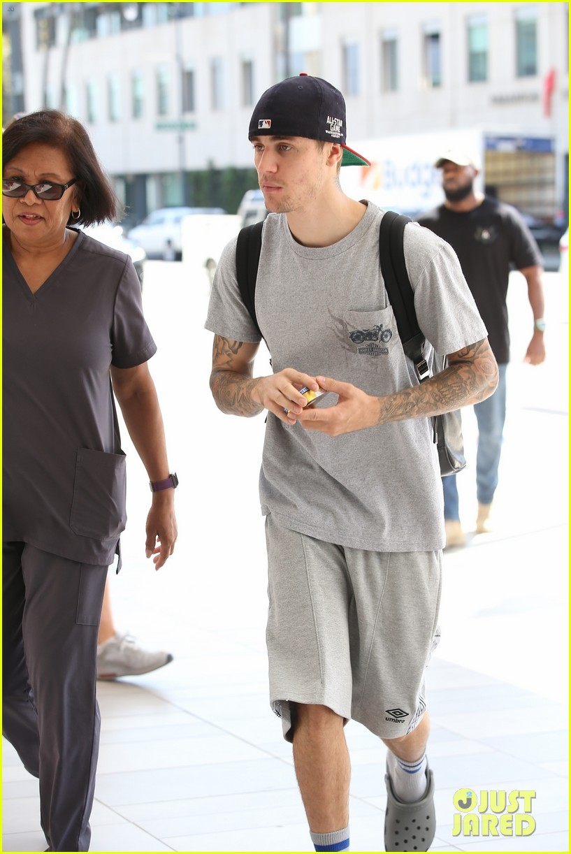 Justin Bieber Wears All Gray With Crocs While Running Errands Photo 4356142 Justin Bieber Pictures Just Jared