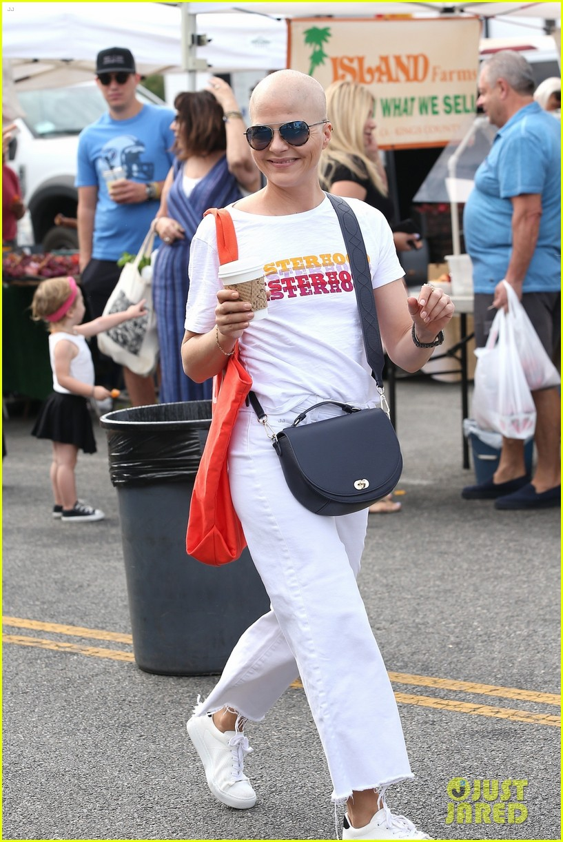 selma blair does some shopping at t he farmers market 014353246