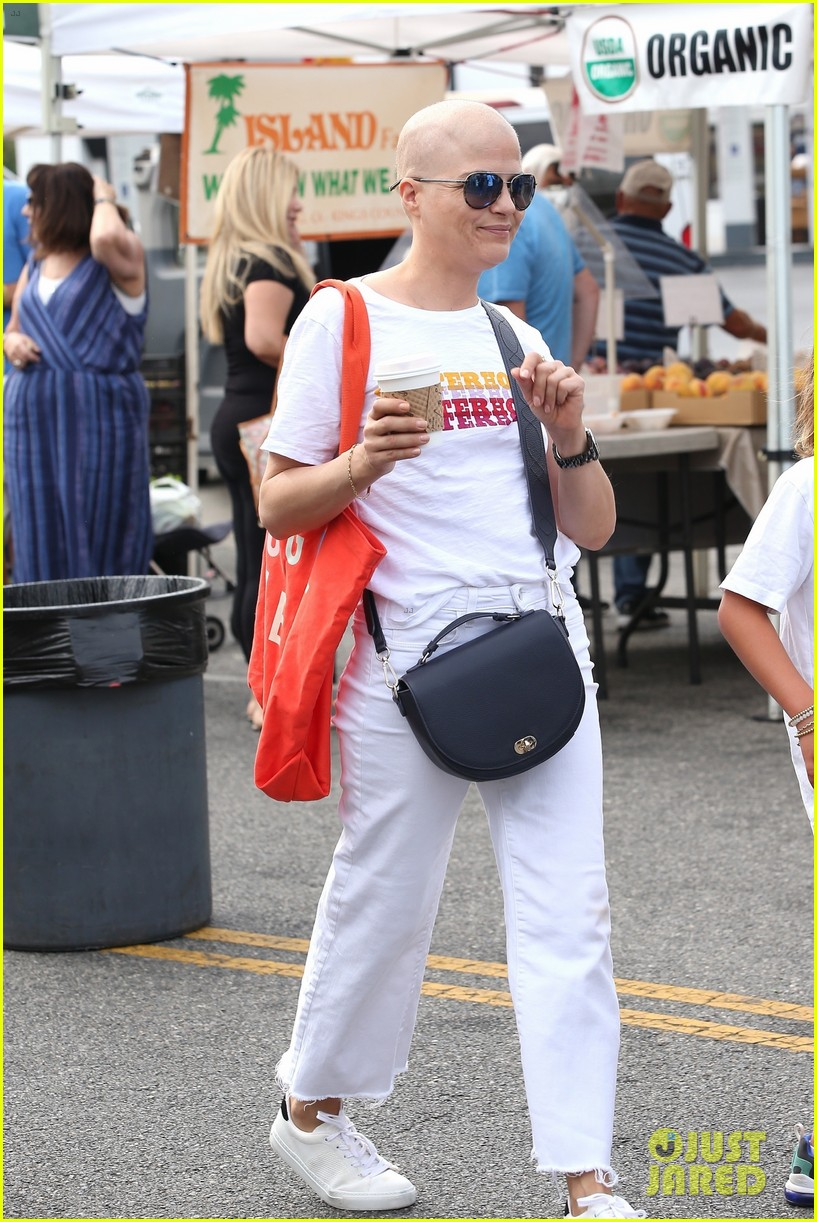 selma blair does some shopping at t he farmers market 034353248