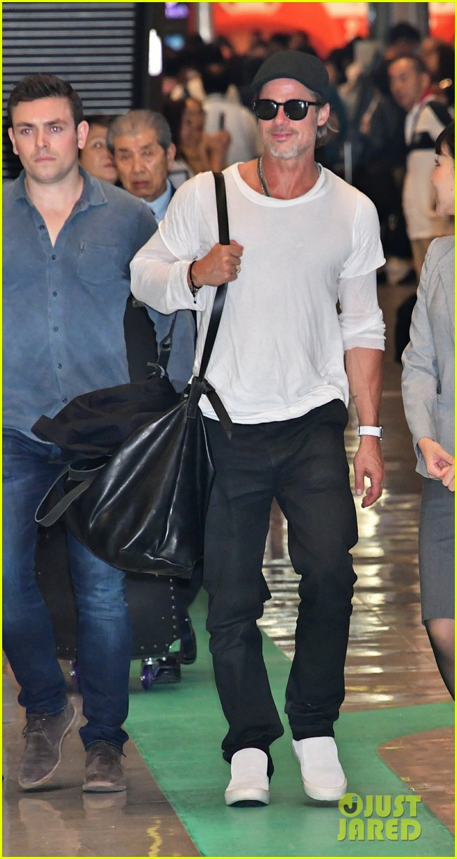 brad pitt gets greeted by fans in japan 014351114
