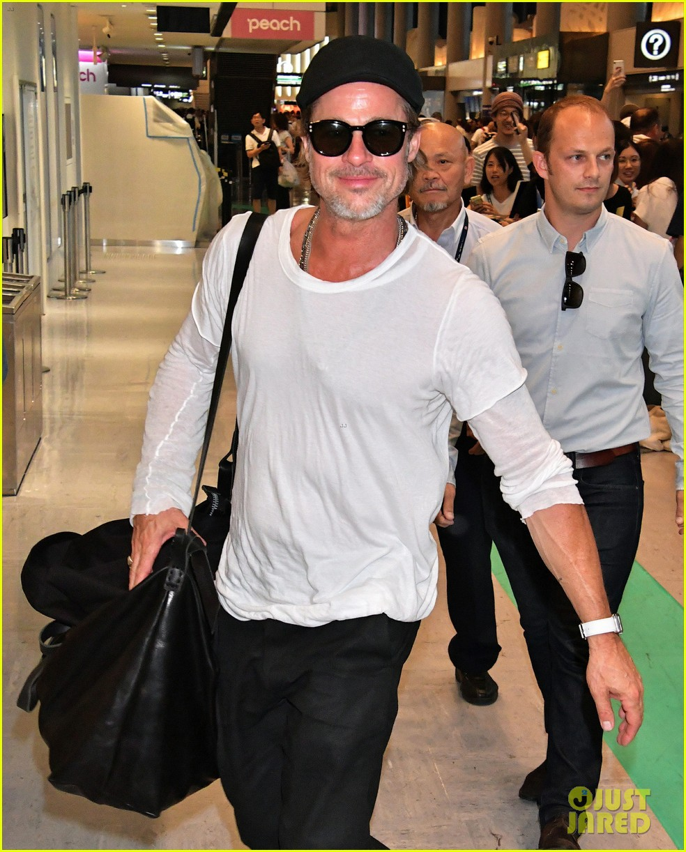 brad pitt gets greeted by fans in japan 024351115