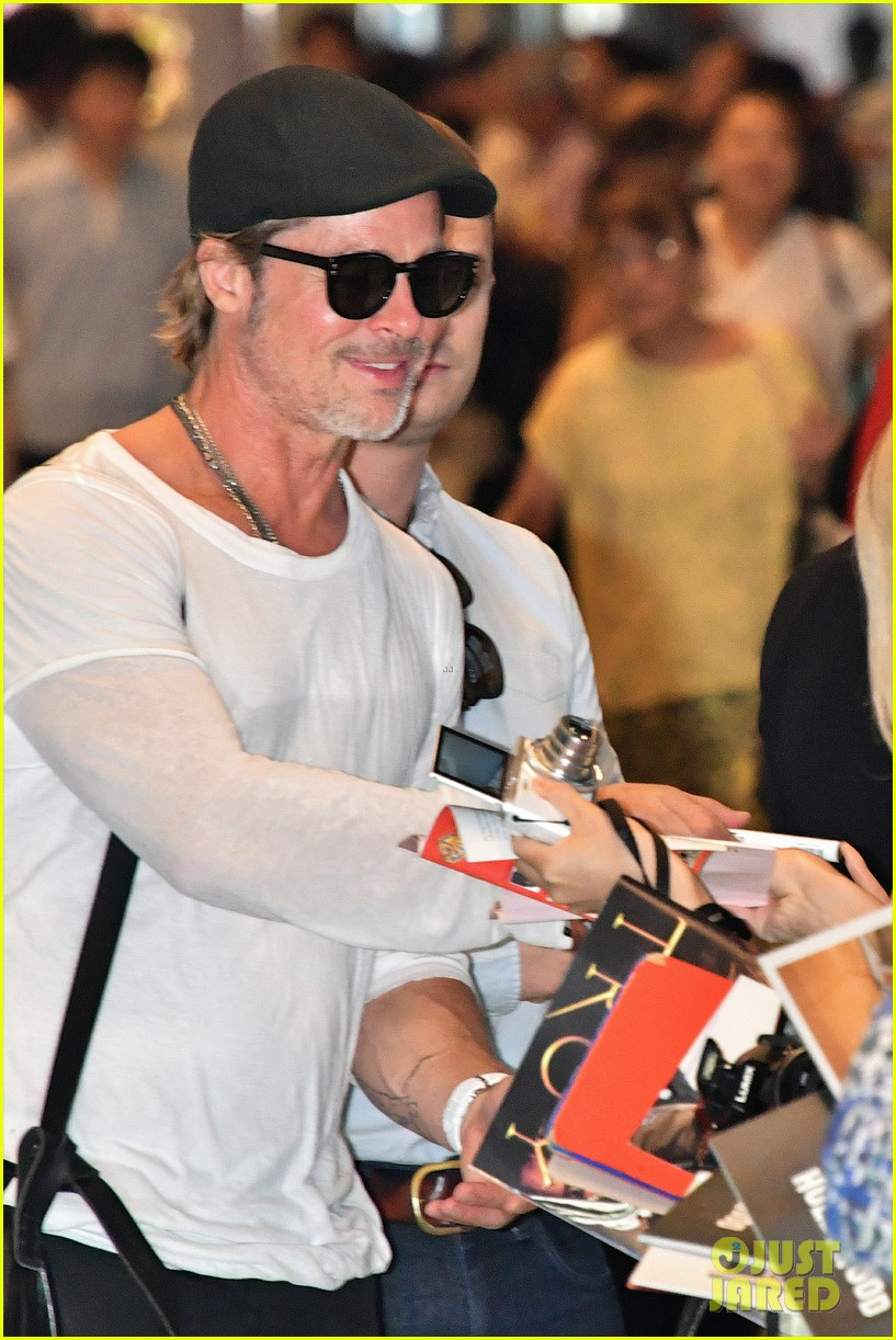 brad pitt gets greeted by fans in japan 044351117