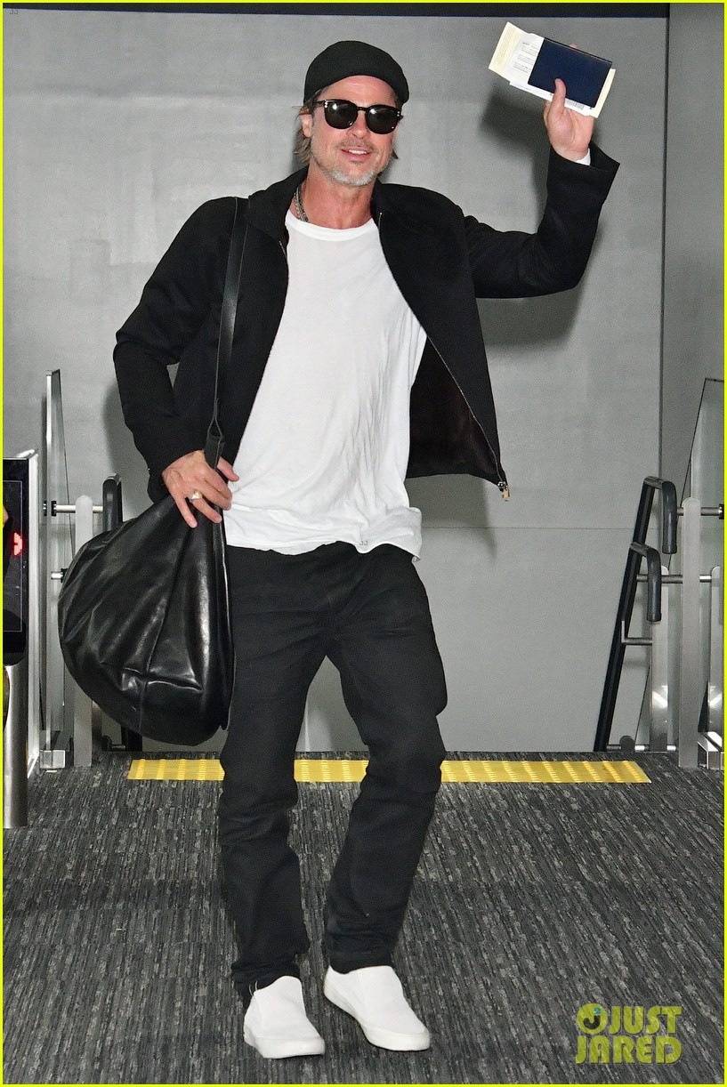 brad pitt gets greeted by fans in japan 054351118