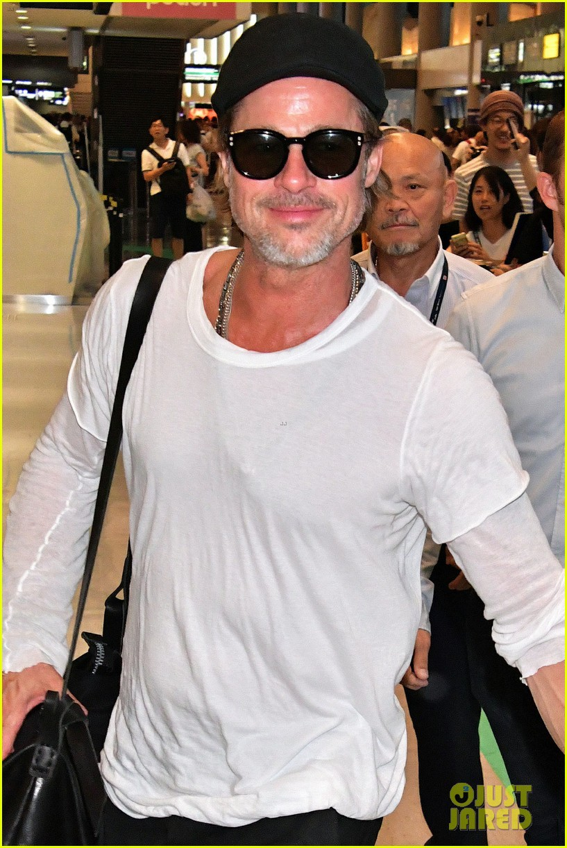 brad pitt gets greeted by fans in japan 064351119