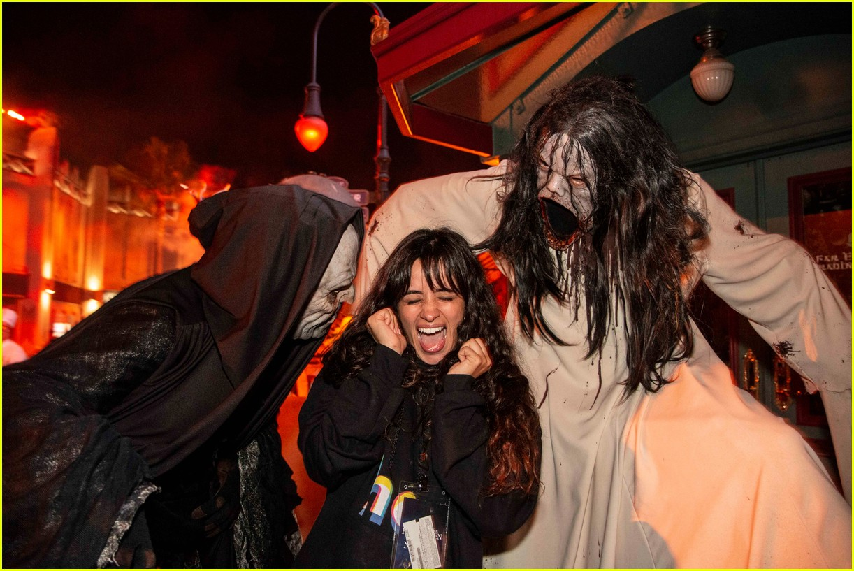 camila cabello gets spooked halloween horror nights 014358990