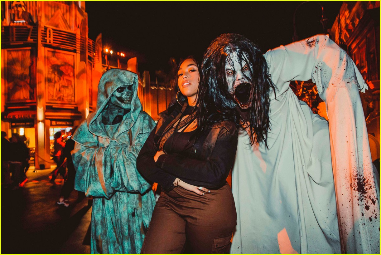camila cabello gets spooked halloween horror nights 024358991