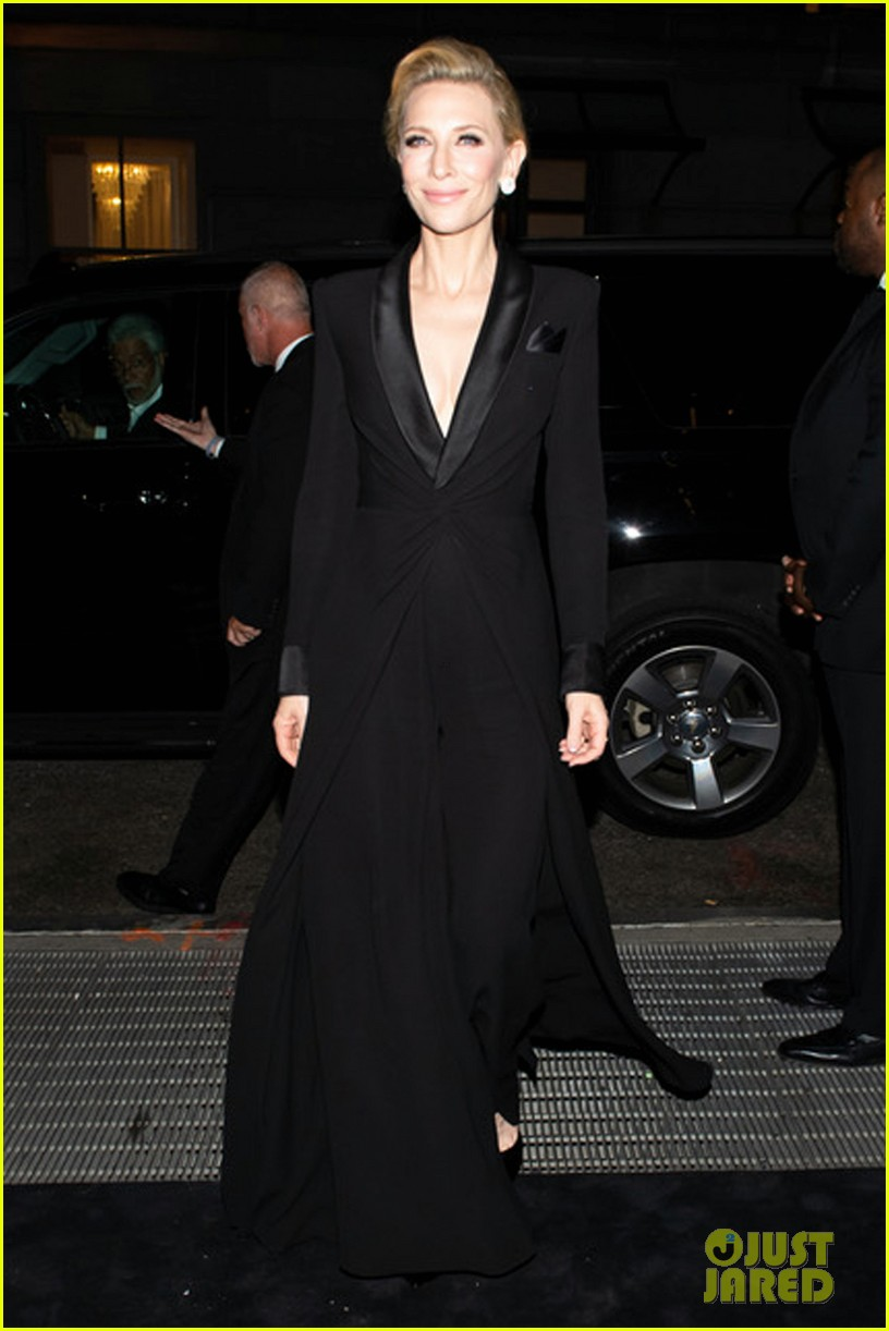 cate blanchet makes grand entrance at ralph lauren fashion show 034348675