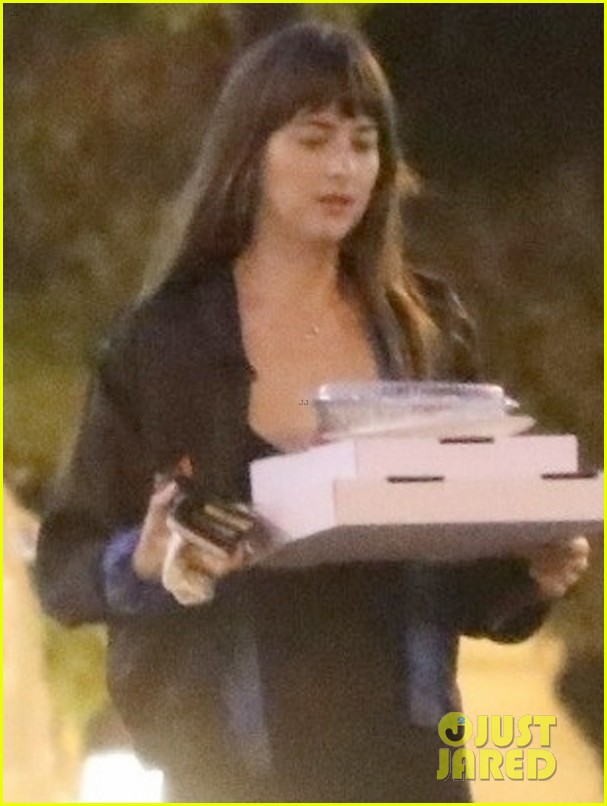 dakota johnson picks up pizza for dinner in malibu 044358478