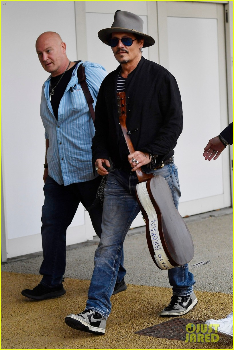 johnny depp all smiles takes water taxi venice airport 044347414