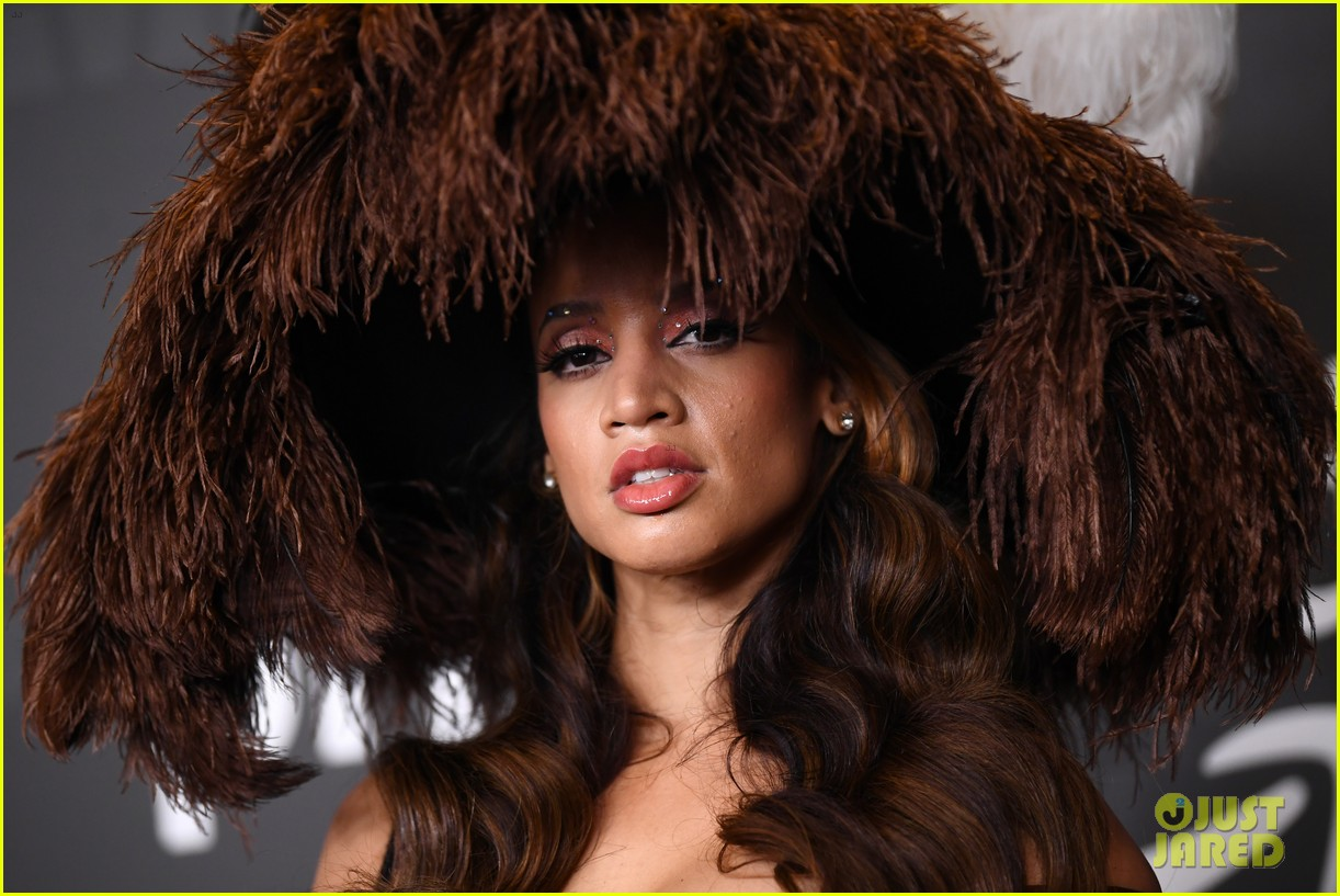 pregnant models ashley graham chanel iman rihanna savage fenty nyfw show 034350666