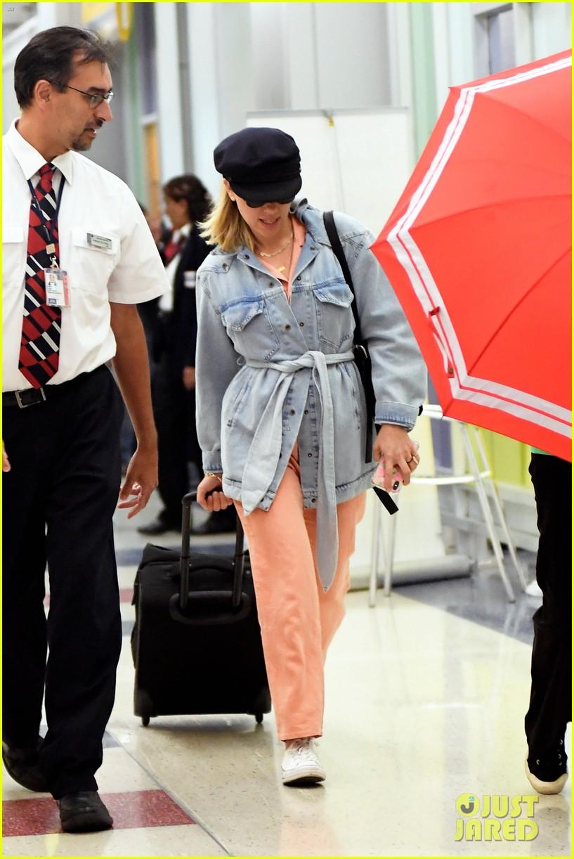 Scarlett Johansson Pops In Peach For Low Key Jfk Arrival Photo 4346324 Scarlett Johansson Pictures Just Jared