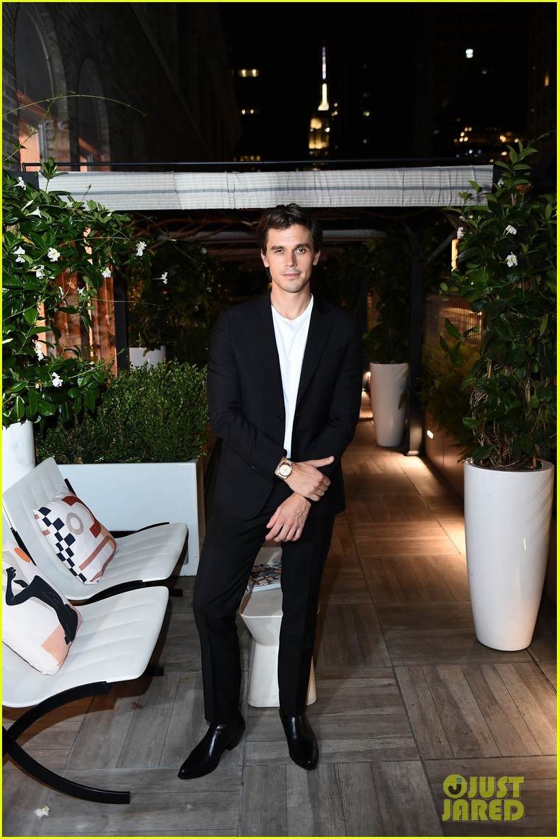 antoni porowski gets support from gigi hadid at cookbook launch 024350042